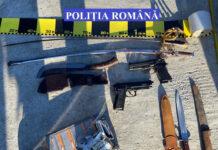 Polițiștii au ridicat 2 arme tip pistol și 4 arme albe interzise la deținere, un pistol cu gaze, un pistol de agrement de tip airsoft