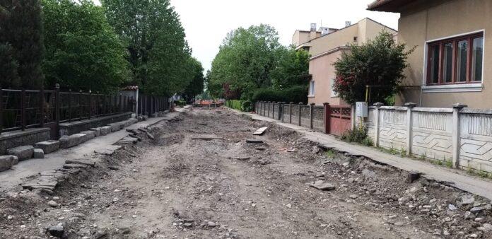 În ce hal arată strada care asigură accesul la cea mai mare școală din Târgu Jiu
