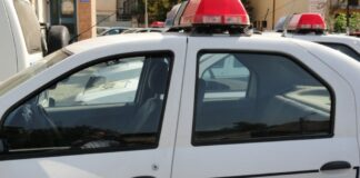 O mașină a luat foc într-o curte din Bumbești Jiu