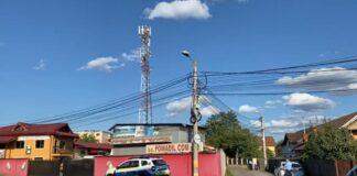 O femeie s-a urcat pe un stâlp de electricitate și amenința că se aruncă
